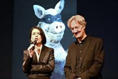 Sabine Rinberger, Direktorin des Valentin-Karlstadt -Musäums stellt das neue Liesl-Karlstadt-Buch vor