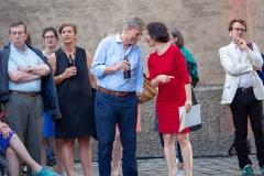 Der Leiter des Münchner Stadtarchivs, Dr. Michael Stephan (mi) mit den aktuell ältesten Nachrichten    → Foto: Herbert Becke