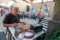 Josef Brustmann beim Einstimmen auf den Abend    → Foto: Herbert Becke