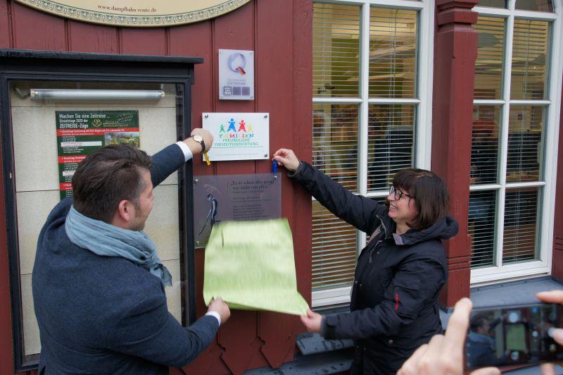 Einweihung der ersten Gedenktafel am Bahnhof der Oybinbahn in Zittau durch Oberbürgermeister Zenker und Renate Luba (Valentin-Karlstadt-Musäum)