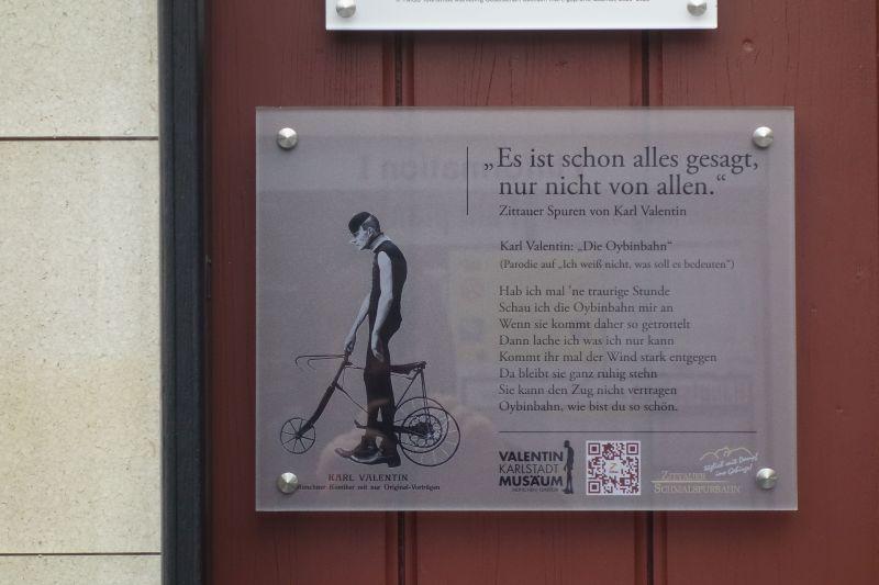 Die Gedenktafel am Bahnhof der Oybinbahn in Zittau.